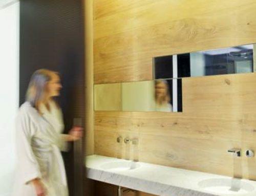 Holz im ganzen Raum – Parkett geht die Wände hoch